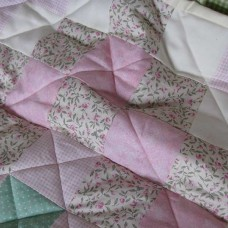 Vintage-feel Quilt with Pink Roses (Crib)